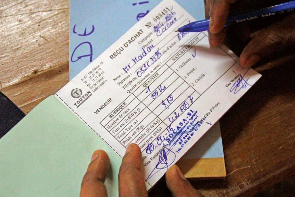 Hier wird ein Scheck ausgeschrieben
